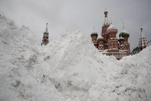 La neige atteignait 43 cm lundi, provoquant l'annulation... (AP)