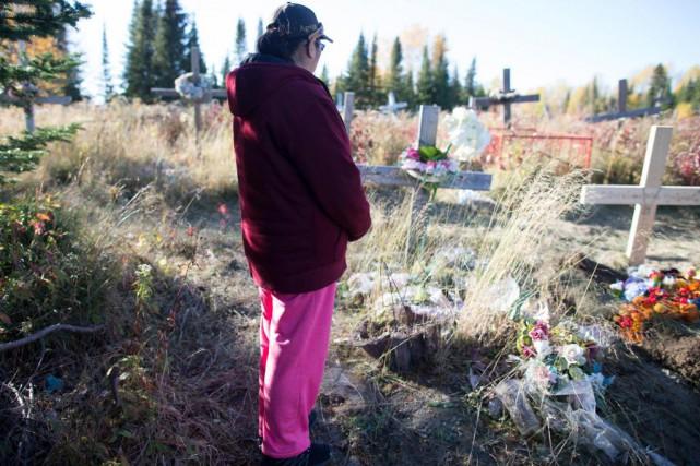 Mikis se recueille sur la tombe de sa... (PHOTO OLIVIER JEAN, LA PRESSE)