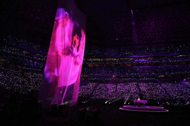 Une immense image de Prince a été projetée... (Photo Timothy A. Clary, Agence France-Presse)