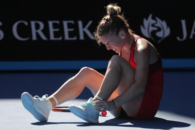 Simona Halep a subi uneentorse à la cheville... (Photo Vincent Thian, AP)