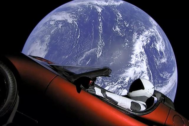Le mannequin Starman, vêtu du scaphandre spatial de... (photo SpaceX via AP)