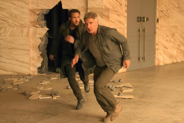 Ryan Gosling et Harrison Ford dans Blade Runner 2049... (Photo Stephen Vaughan, fournie par Warner Bros./Associated Press)