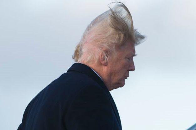Une rafale a écarté la chevelure de Donald... (Photo tirée de Twitter)