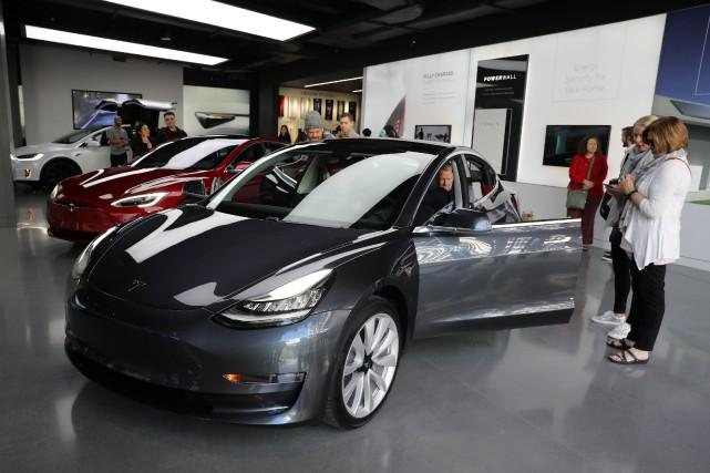 Une Tesla Model 3... (PHOTO Lucy Nicholson, ARCHIVES REUTERS)
