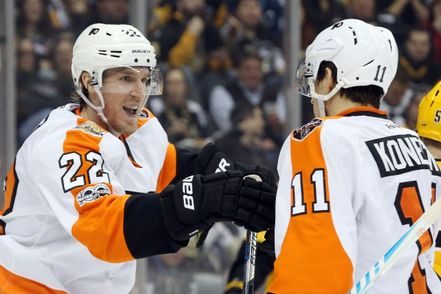 Dale Weise (22) et Travis Konecny (11)... (Photo Charles LeClaire, USA TODAY Sports)
