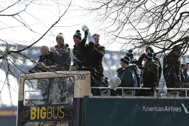 L'entraîneur-chef des Eagles de Philadelphie, Doug Pederson, brandit... (Photo Michael Perez, AP)