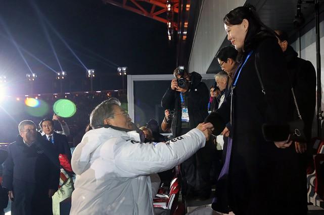 Kim Yong-nam serre la main président sud-coréen Moon... (Kim Ju-sung, Yonhap via AP))