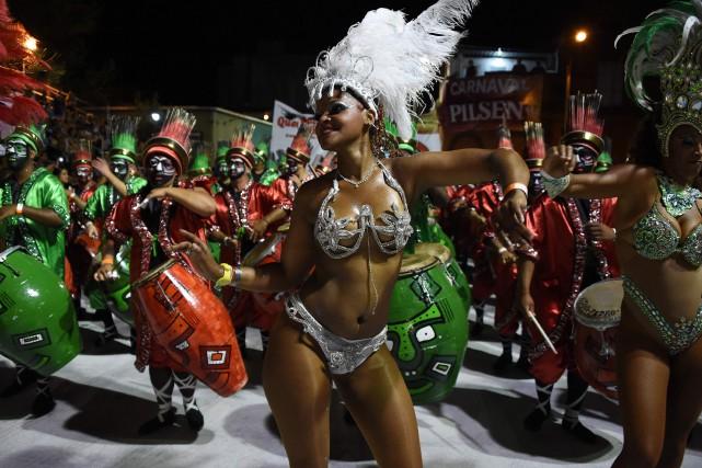 Le Carnaval de Rio se déroulera jusqu'au 18... (Photo Pablo PORCIUNCULA, AFP)