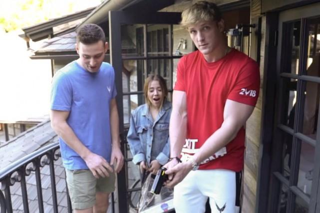 Logan Paul (à droite) dans la vidéo le... (IMAGE TIRÉE DE YOUTUBE)