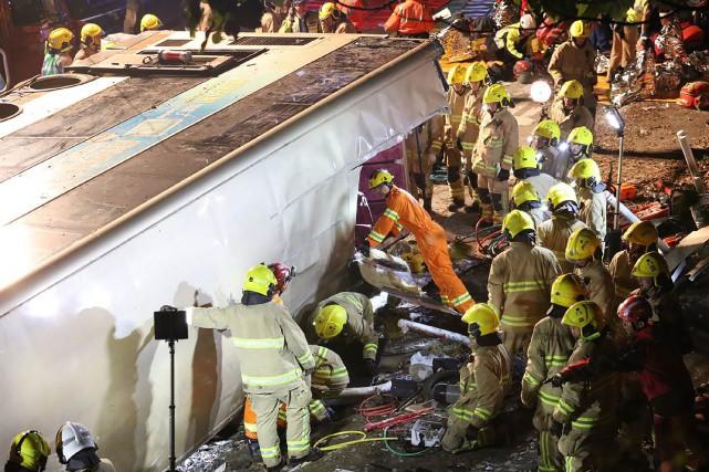 Les secouristes tentaient d'extraire les passagers de la... (PHOTO AFP)