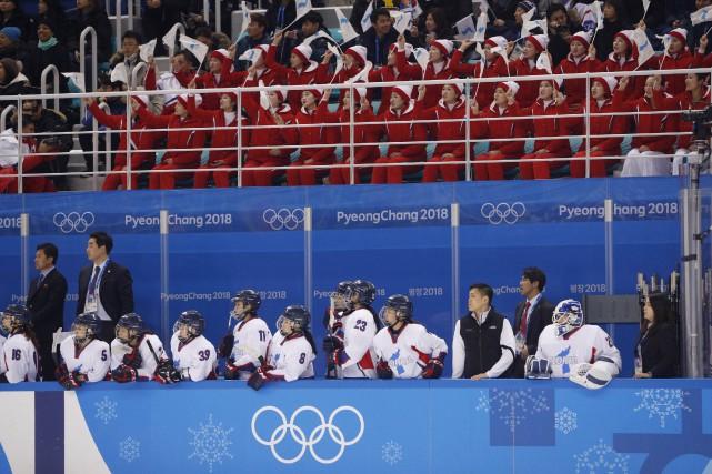 Les meneuses de claque nord-coréennes encouragent les joueurs... (Photo Brian Snyder, REUTERS)
