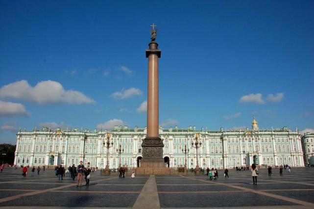 La place du Palais avec la colonne d'Alexandre... (Photo Isabelle Gonthier, La Presse)