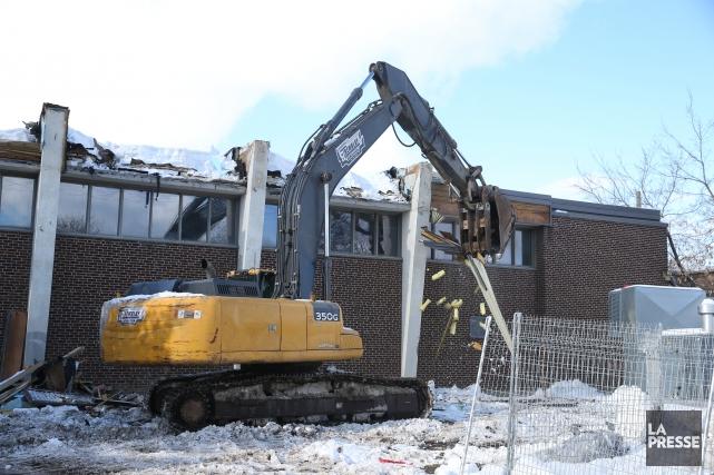 Lundi, une excavatrice démolissait le toit de l'école... (PHOTO Martin Chamberland, LA PRESSE)