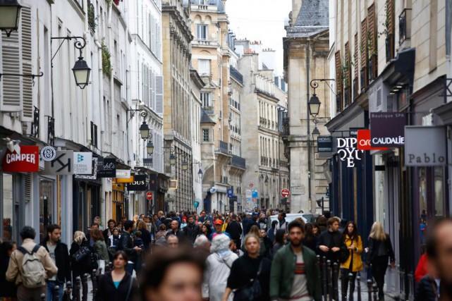 Des gens déambulent dans le quartier Le Marais,... (Photo Thibault Camus, Associated Press)