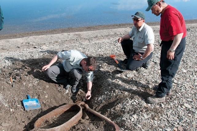 Sur cette photo de 2010, des archéologues de... (Photo archives Parcs Canada)
