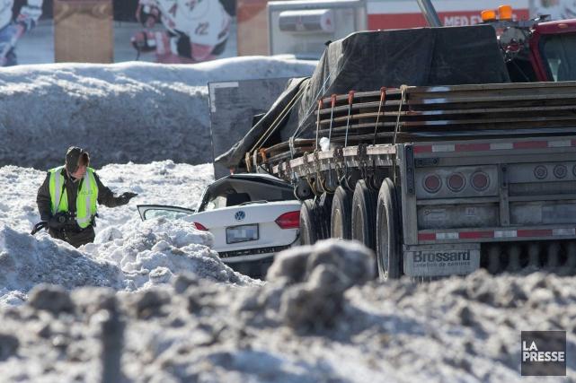 La voiture d'un automobiliste s'est retrouvée encastrée sous... (Photo Patrick Sanfacon, La Presse)