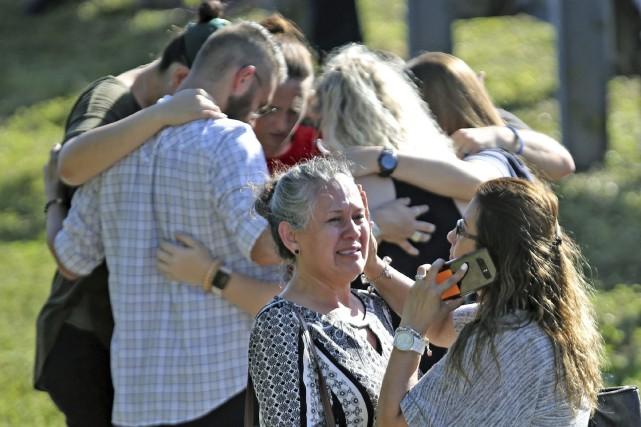 Plusieurs personnes se sont serrées dans leurs bras... (Photo Amy Beth Bennett, South Florida Sun-Sentinel via AP)