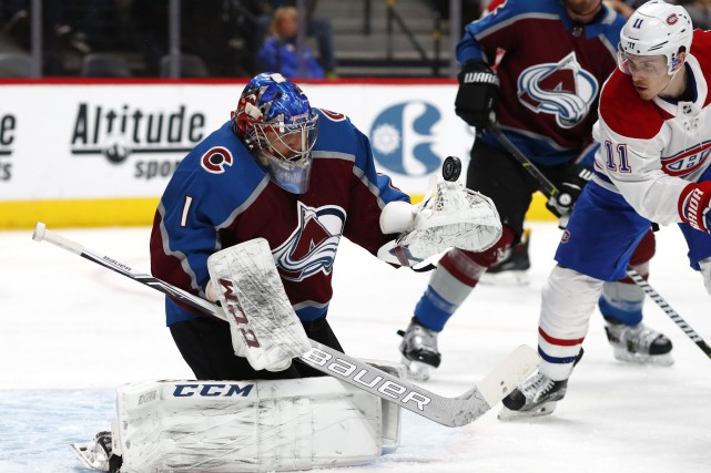 Semyon Varlamov arrête le tir de Brendan Gallagher.... (Photo David Zalubowski, AP)