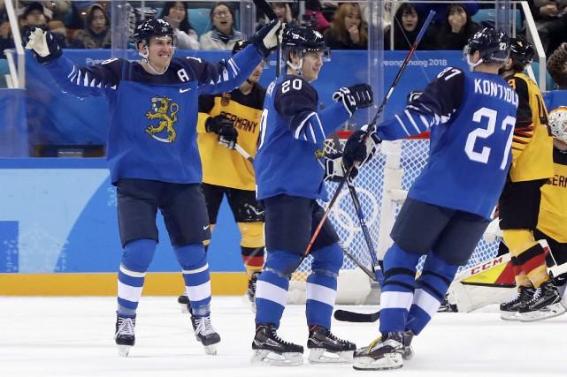 Eeli Tolvanen (au centre), le meilleur espoir des... (Photo Frank Franklin II, Associated Press)