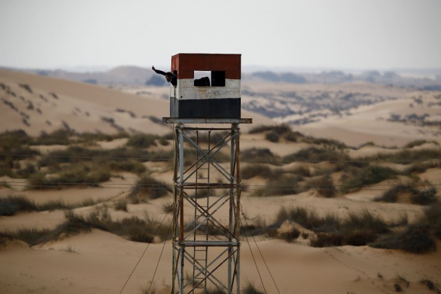 Un policier égyptien dans une tour d'observation à... (Photo Amir Cohen, archives REUTERS)