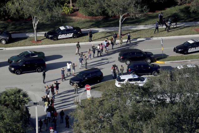 Les élèves ont été évacués mercredi de l'école... (Photo Mike Stocker, South Florida Sun-Sentinel via AP)