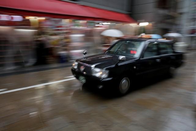 Un taxi roule traverse un quartier commercial d'Osaka,... (photo REUTERS)
