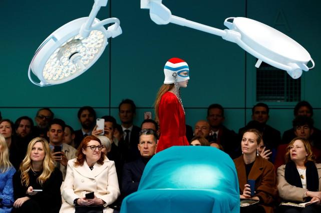 Une mannequin défile avec une création de la... (Photo Tony Gentile, REUTERS)
