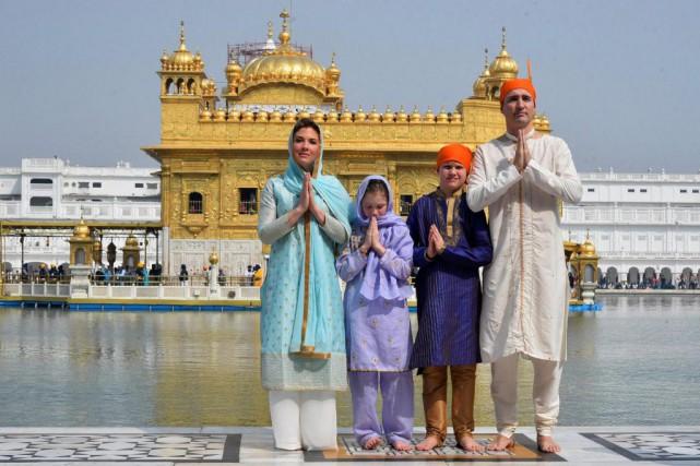 Justin Trudeau et sa famille visitent le Temple... (PHOTO FOURNIE PAR LE GOUVERNEMENT DU PENDJAB)