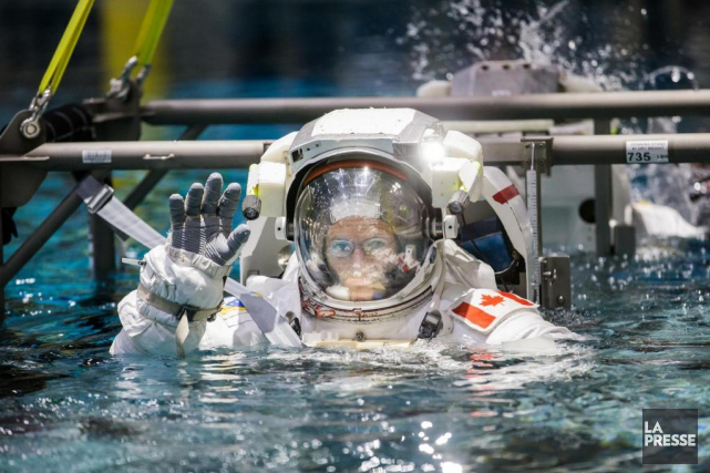 Ayant revêtu son scaphandre, l'astronaute David Saint-Jacques plonge... (PHOTO ÉDOUARD PLANTE-FRÉCHETTE, LA PRESSE)