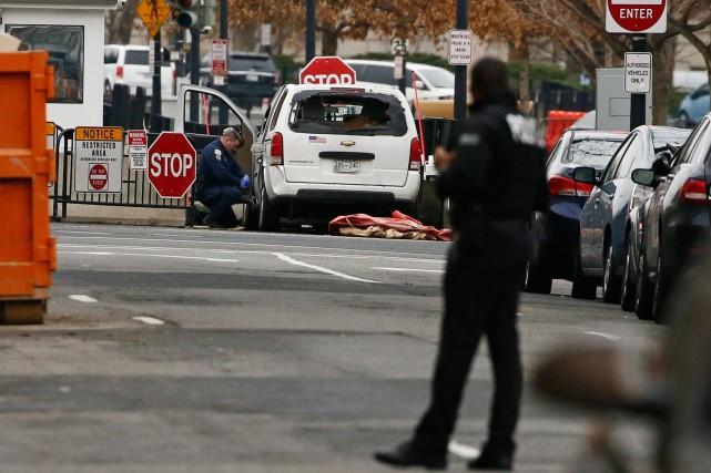 nouvel ordre mondial | Une voiture percute une barrière de sécurité près de la Maison-Blanche