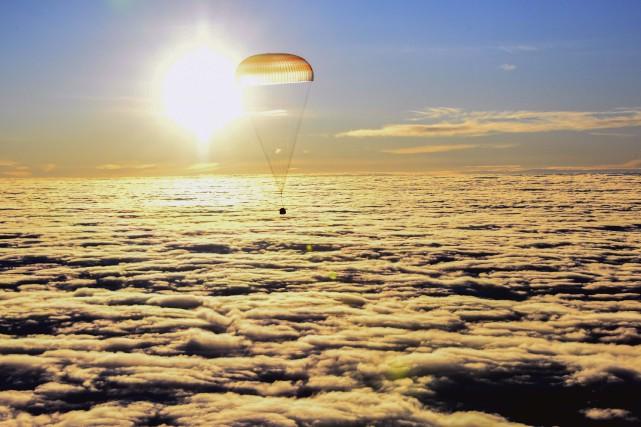 Le vaisseau Soyouz descend dans le ciel kazakh... (PHOTO AFP)