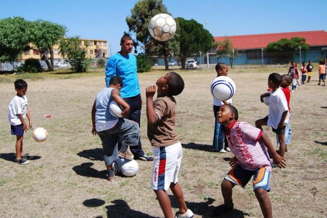 De jeunes Sud-Africains s'amusent avec des ballons achetés... (Photo fournie par Pack for a Purpose)