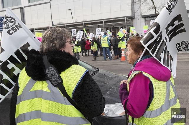 Des chauffeurs d'autobus ont manifesté hier devant les... (Patrick Sanfaçon, archives La Presse)