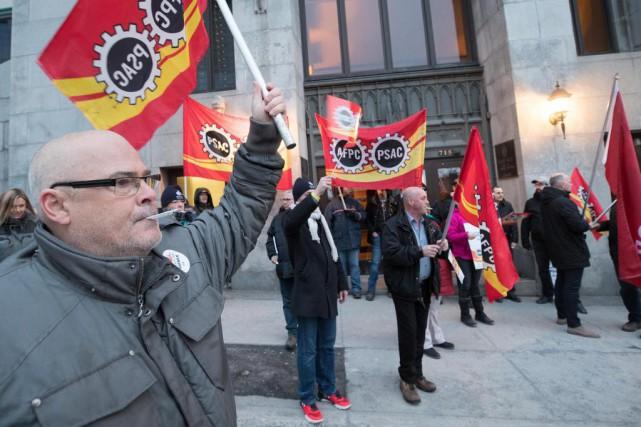 Des employés fédéraux ont manifesté contre le système... (Photo Patrick Sanfaçon, La Presse)