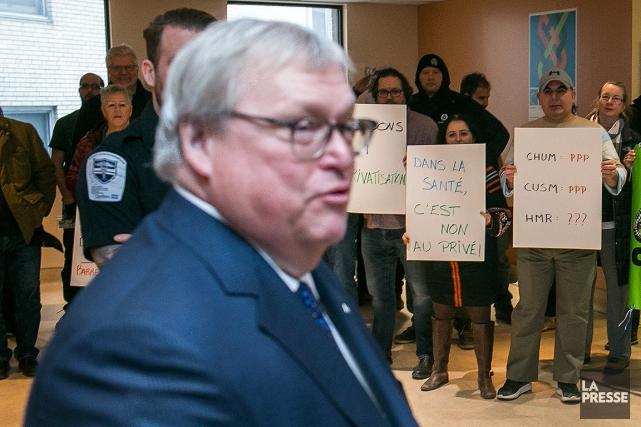 Des manifestants étaient présents lors de la conférence... (MARTIN TREMBLAY, LA PRESSE)