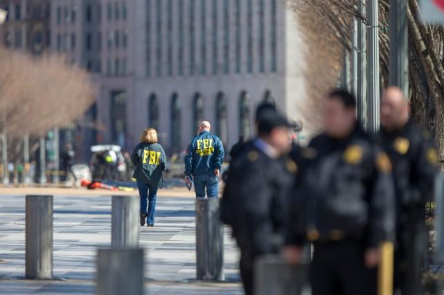 Le FBI a bouclé un secteur autour de... (Photo Alex Edelman, AFP)