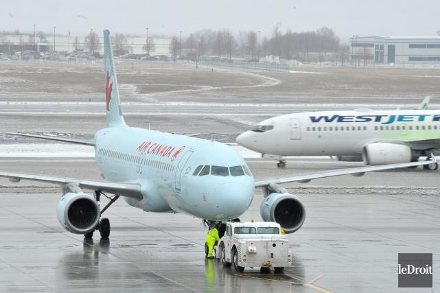 Des avions d'Air Canada et de WestJet.... (Photo PATRICK WOODBURY, archives Le Droit)