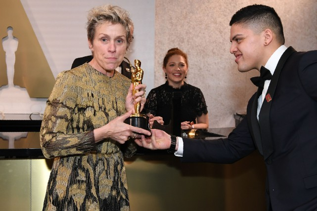 Frances McDormand montre son Oscar lors du bal... (PHOTO AFP)