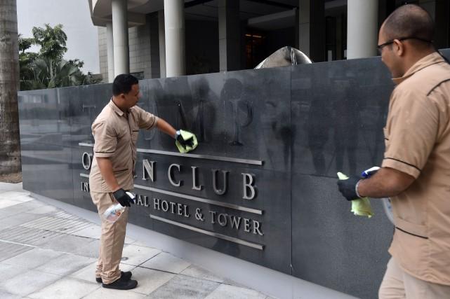 Des ouvriers ont enlevé le logo Trump à... (PHOTO AFP)