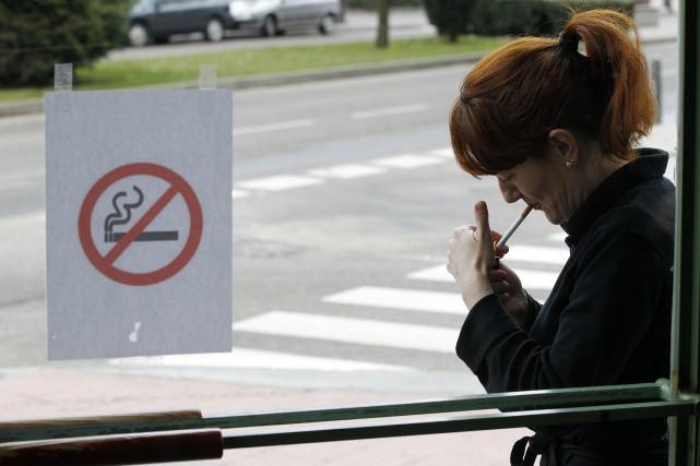 L'usage du tabac est interdit sur l'ensemble des... (Photo archives AFP)