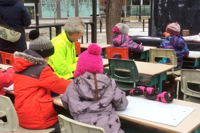 Plusieurs parents et enfants qui réclament la construction... (photo fournie par la csdm)