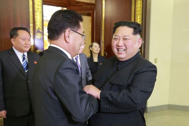 Le dirigeant nord-coréen Kim Jong-un (à droite) s'est... (Photo Agence France-Presse)