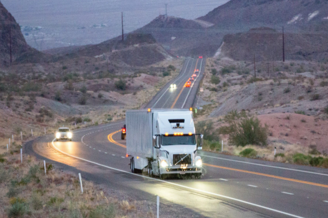 Un camion autonome Uber sur une route arizonienne.... (photo uber technologies)