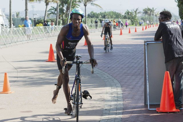 Le triathlète Mhlengi Gwala, vu ici en 2015,... (Photo Jethro Snyders, archives Associated Press)