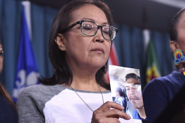 Debbie Baptiste, la mère de Colten Boushie, montre... (PHOTO PC)