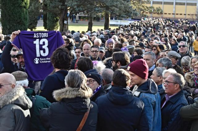 Des centaines d'anonymes et de fans de la... (PHOTO AP)