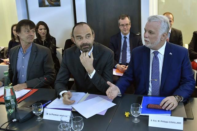 Le premier ministre français Édouard Philippe (au centre)... (AP)