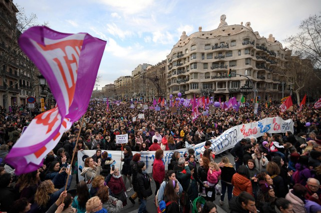 Des milliers de femmes manifestent au pied de... (PHOTO AFP)