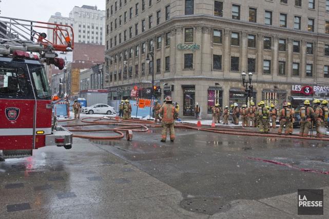 Centre Eaton est évacué... (Photo Félix O.J. Fournier, La Presse)