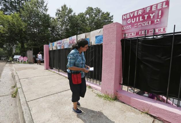 Une militante anti-avortement observe la devanture de la... (ARCHIVES AP)
